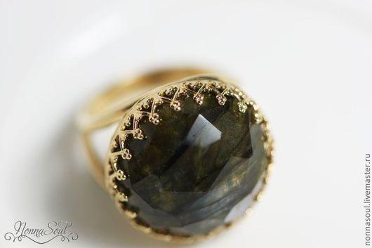 Кольца ручной работы. Ярмарка Мастеров - ручная работа. Купить Круглое позолоченное кольцо с лабрадоритом.. Handmade. Черный, кольцо с лабрадоритом