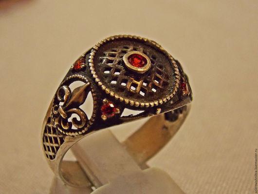Кольцо  `Дыхание востока` в серебре с гранатами.