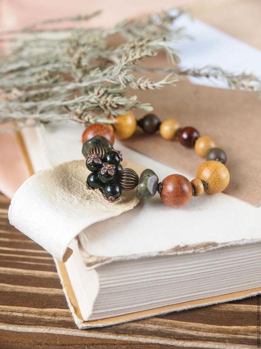 Модный стильный по весеннему яркий браслет из натурального желтого и серого дерева, камней лабродарита и др.Натуральный природный живой цвет. Фурнитура: под бронзу.
