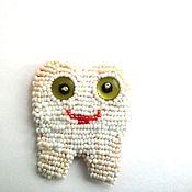 Украшения ручной работы. Ярмарка Мастеров - ручная работа брошь подарок стоматологу, брошь-сувенир  Забавный зуб. Handmade.
