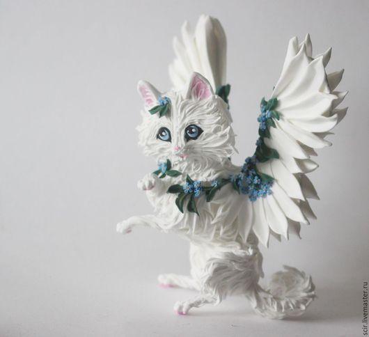 """Игрушки животные, ручной работы. Ярмарка Мастеров - ручная работа. Купить Фигурка """"Белая кошечка с незабудками"""" (белая кошка с крыльями). Handmade."""