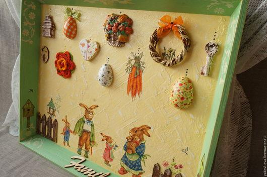 Панно настенное пасхальное, Пасха, пасхальный кролик, семья пасхальных зайцев. Зеленый, оранжевый, желтый. Пасхальный интерьер, яички, морковка, скворечник, веночек, домик, забор. Купить в Москве