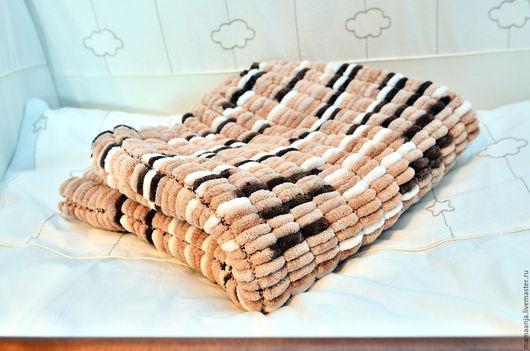 Вязаный плед из помпонной пряжи - мягкий, фактурный, теплый.