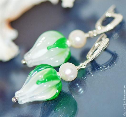 серьги лэмпворк; серьги бутоны; серьги зеленые; зеленые серьги; белые серьги; серьги с жемчугом; свежесть; подарок на новый год; подарок жене; подарок любимой
