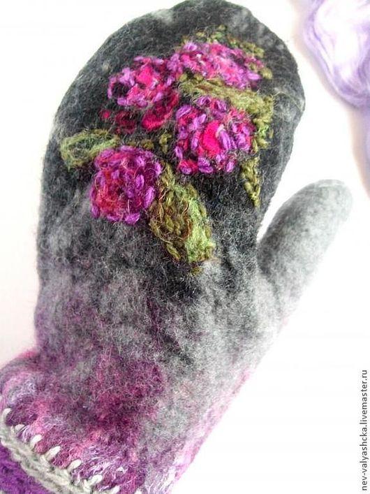 Валяные варежки теплые и мягкие украсят образ любой красавицы. Выполнены в единственном экземпляре, декор выполнен с использование лоскута павловопасадского платка, ручной стежки и классической обвязк