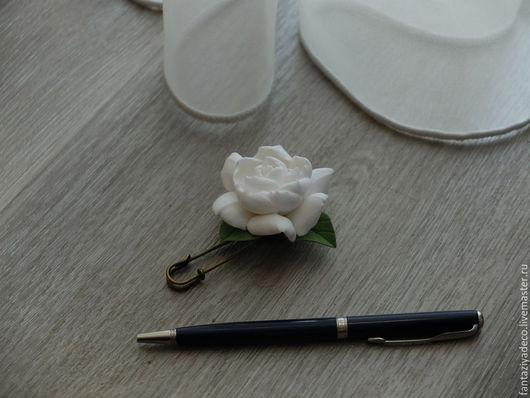 Броши ручной работы. Ярмарка Мастеров - ручная работа. Купить Брошь с белой гарденией из полимерной глины. Handmade. Белый