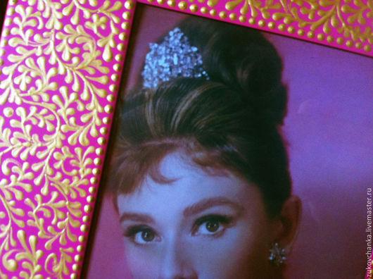 Фоторамки металлические.  Рамки для фото с росписью.  Прямоугольная фоторамка.  Рамка для фото размером 10*15 см Узор кружевной, кружево, кружева, розовый, золотой, фуксия, золото.