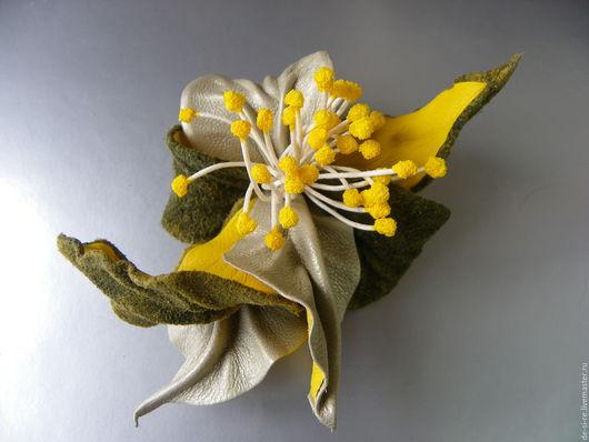 Брошь- цветок объёмная из кожи Орхидея `Солнечный зайчик` желтая зеленая. Брошь на сумку, пояс, летнюю шляпу, накидку, пиджак, платье, шарф, шаль, платок, палантин, верхнюю одежду. Подарок женщине....