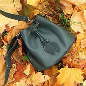 Сумки и аксессуары ручной работы. Ярмарка Мастеров - ручная работа Зеленая сумка-мешок из кожи на завязках. Handmade.