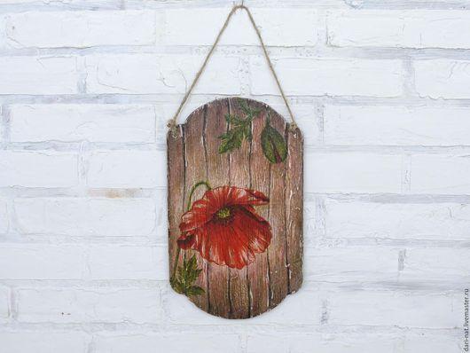 Декоративное панно, выполненное в стиле рустик с яркими красными маками.