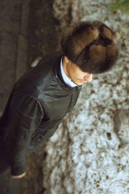 Шапка ушанка из меха Баргузинского седого соболя. Мягкая,не формованная. Подкладочная из вискозы. Можно носить как малахай и с опущенными ушами. Шнурочки из замши. Носится как мужчинами,так и жен