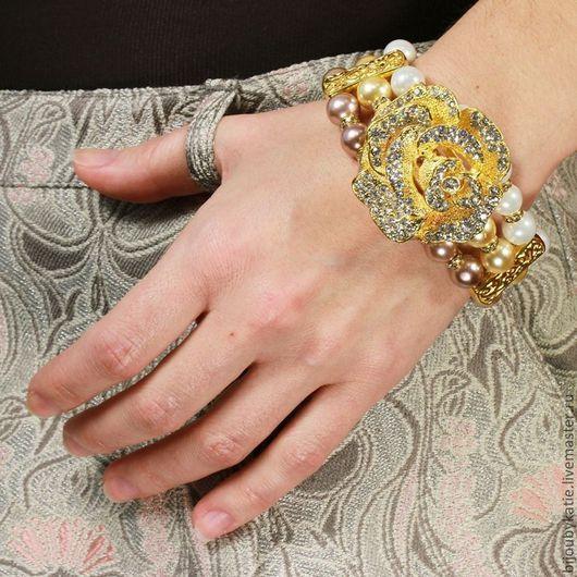 Браслет Роза в три нити жемчужин майорка с металлическими бусинами и фурнитурой цвета золото со стразами
