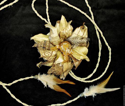 Кушак с брошью ручной работы в цветовой палитре золота.Изготовлен из кожи овчины,замши.С добавлением перьев,страз Сваровского,перьев. Подходит как для верхней меховой одежды,так и для платьев в вечер