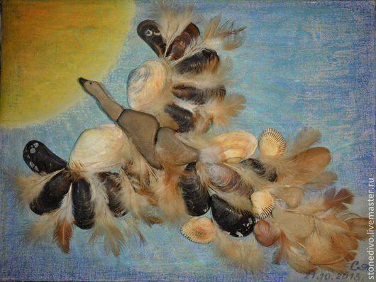 Основа - оргалит+холст+масляная пастель\r\nМорские камушки, ракушки, куриные перья
