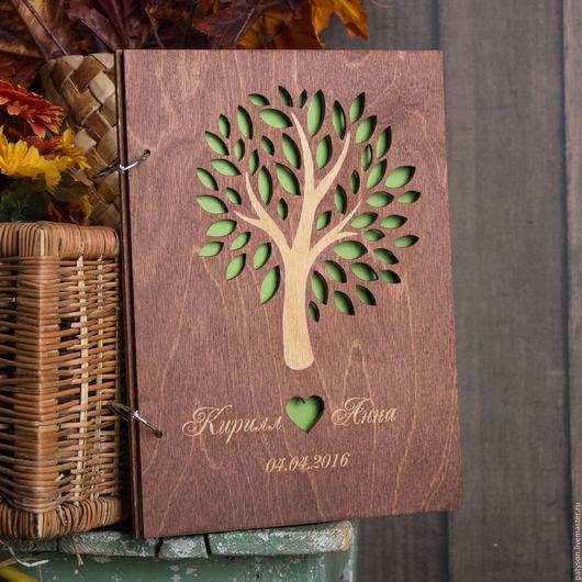 При заказе у влюбленных имеется возможность выбора цвета подложки, которая определяет оттенок листвы и сердечка, украшающих обложку книги пожеланий.