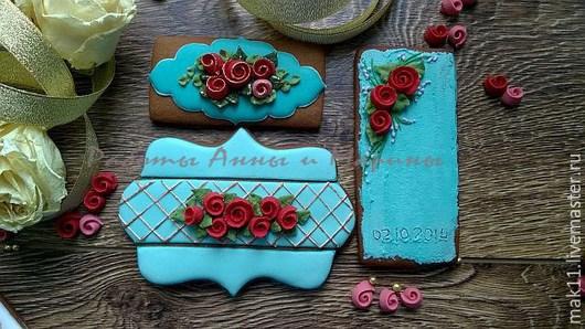 Пряничный набор на очень яркую свадьбу. Украшен сахарной глазурью в насыщенном бирюзовом цвете с алыми розами. Визитки - 8-10см.