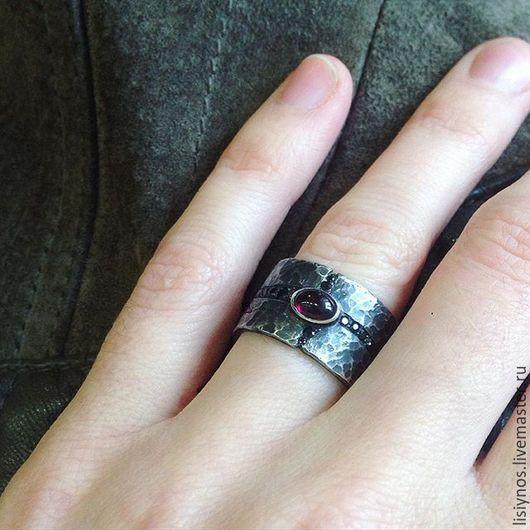 кольцо,самодостаточное само по себе достаточно весомо,чтоб носить его одиночно. Но ,как и все модели серии Голубая кровь,идеально сочетается с кольцами этой серии. Чёрные камни образуют замкнутый круг