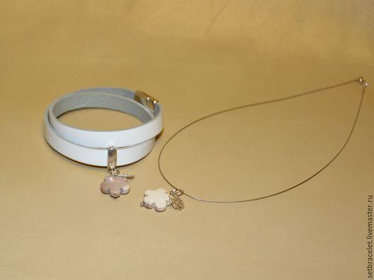 Комплекты украшений ручной работы. Ярмарка Мастеров - ручная работа. Купить Кожаный браслет из кожи белой 10мм подвеска цветок, колье нитка сталь. Handmade.