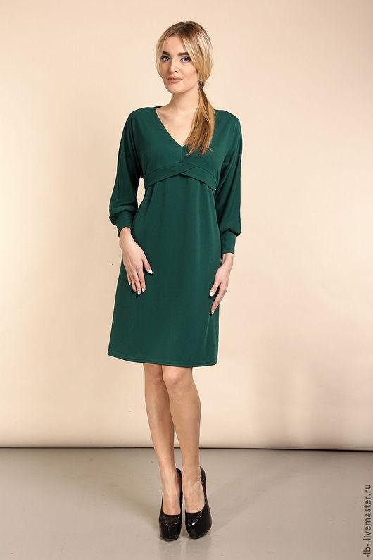 Оригинальное платье `Анюта` отлично смотрится на любой фигуре, так как отрезная кокетка под грудью деликатно выделяет и зрительно увеличивает грудь, а свободный крой позволяет скрыть недостатки фигуры