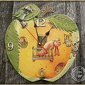 """Для дома и интерьера ручной работы. Ярмарка Мастеров - ручная работа Часы """"Яблочный гость""""):. Handmade."""
