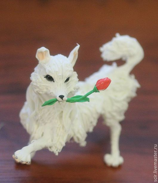 """Игрушки животные, ручной работы. Ярмарка Мастеров - ручная работа. Купить Фигурка """"Собачка с тюльпаном"""" (собака с цветком, белый цвет). Handmade."""