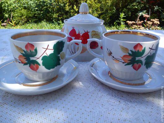 ...фарфоровый  набор для чаепития из двух чайных пар и сахарницы...