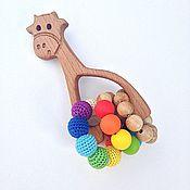 Куклы и игрушки ручной работы. Ярмарка Мастеров - ручная работа Буковый грызунок - погремушка Жирафик с тремя тактильными колечками. Handmade.