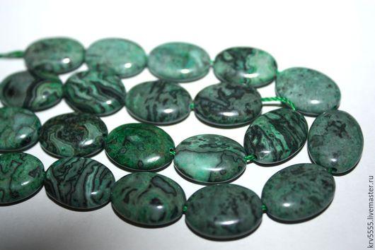1.Яшма, цвет зелено-серая, форма плоский овал , размер 16*12 мм.
