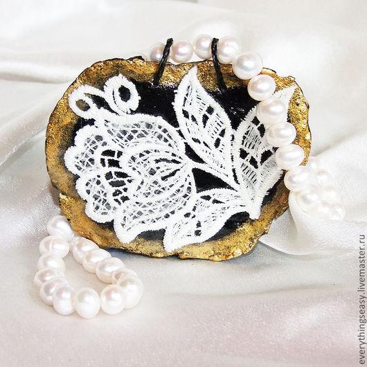 Удивительное колье с крупной подвеской из керамики и кружева - это сочетание нежности и самобытности. Основа крупный жемчуг, кулон-подвеска - керамика, роспись акрил, кружево с пайетками покрытое лако