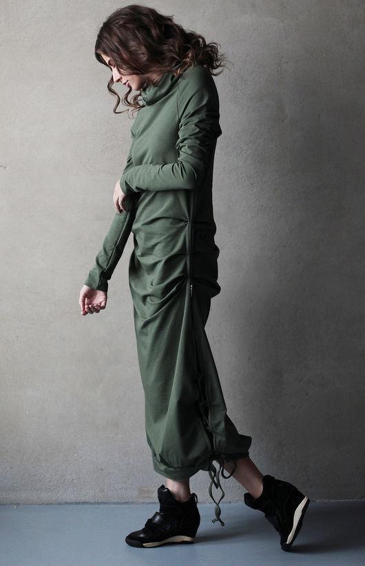 Платье Zash мягко облегает фигуру, а по бокам имеются разрезы на завязках, что очень красиво смотрится и удобно при ходьбе и танцах. Объемный воротник стойка не даст замерзнуть в холодную погоду.