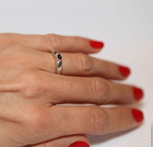 Серебряное кольцо с натуральным альмандином (не крашеным, чистым). Тонкое и элегантное кольцо с горящим небольшим альмандином. Прекрасное украшение на тонкие пальчики.