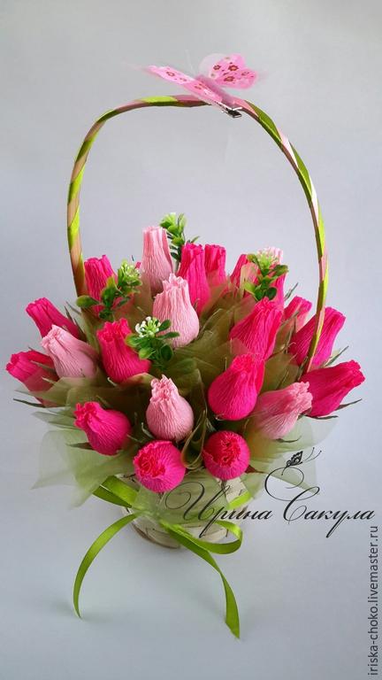 Букеты роз в корзинке из гофрированной бумаги с конфетами, фрезия свадебный букет