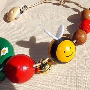 Куклы и игрушки ручной работы. Ярмарка Мастеров - ручная работа Растяжка на кроватку, коляску Толстые Пчелки деревянная игрушка. Handmade.