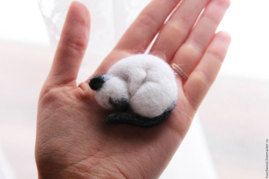 Броши ручной работы. Ярмарка Мастеров - ручная работа. Купить Брошка кошка из шерсти. Handmade. Чёрно-белый, брошка из войлока