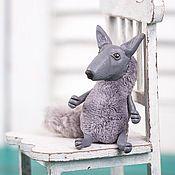 Украшения ручной работы. Ярмарка Мастеров - ручная работа Игрушка-брошка из полимерной глины и плюша волк Волчок. Handmade.