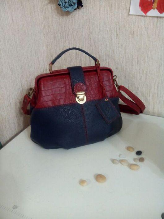 Женские сумки ручной работы. Ярмарка Мастеров - ручная работа. Купить Сумка-саквояж, из натуральной кожи тёмно синего и красного цвета. Handmade.