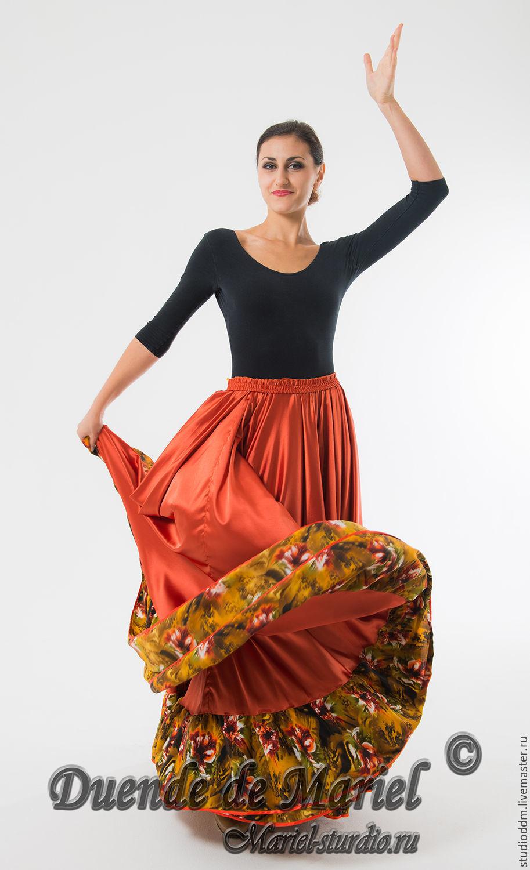 В танце поднимается юбка