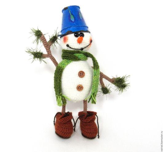 Новый год 2017 ручной работы. Ярмарка Мастеров - ручная работа. Купить Вязаная игрушка Снеговичок в  синем ведёрке и  коричневых ботинках. Handmade.