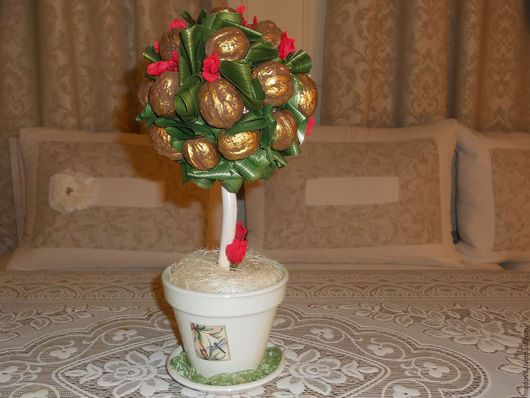 Ореховый топиарий с красными цветочками и дополнительным украшением у ствола символизируют: достаток, благополучие, здоровье, пожелание ярких моментов в жизни.