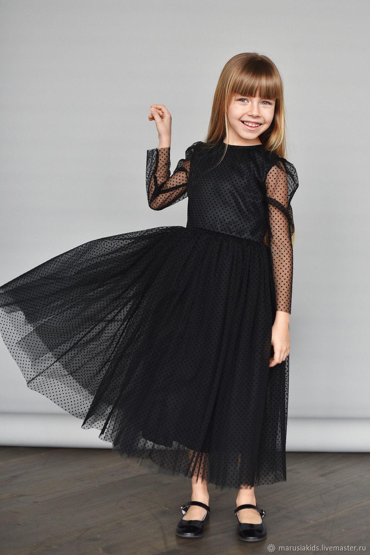 Черное платье с бархатными мушками и открытой спинкой