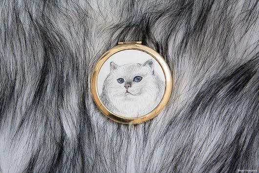 Зеркало с шелковой вставкой батик `White cat`. Карманное зеркальце. Диана Чентукова. Diana Chentukova