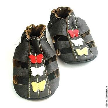 Обувь ручной работы. Ярмарка Мастеров - ручная работа Кожаные чешки пинетки сандалии тёмно-коричневые с бабочками ebooba. Handmade.