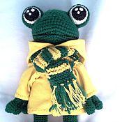 Куклы и игрушки ручной работы. Ярмарка Мастеров - ручная работа Вязаный лягушонок фанат в курточке и шарфике. Handmade.