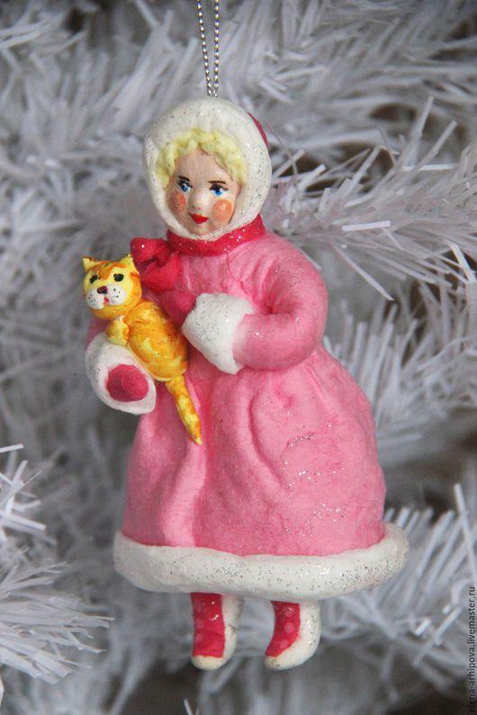 """Человечки ручной работы. Ярмарка Мастеров - ручная работа. Купить Ёлочная игрушка из ваты """"Девочка в розовой шубке с рыжей кошкой"""".. Handmade."""