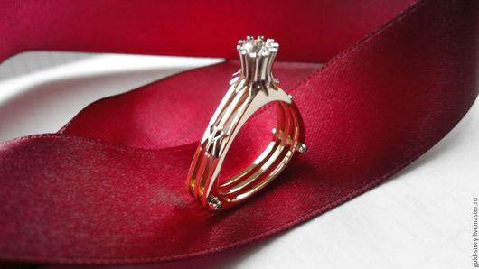 кольцо золотое ,желтое с белым кастом ,вставками -брилианты  1шт -4мм 4шт -1.2мм буквы из белого золота по желанию заказчика,можно убрать или изменить на другие