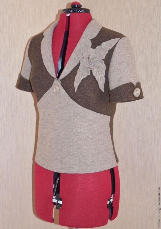 Авторский кардиган из шерстяного лодена. Натуральный цвет и чистота линий короткого кардигана демонстрируют, каким гармоничным и свежим может быть образ в бежево-коричневых тонах.