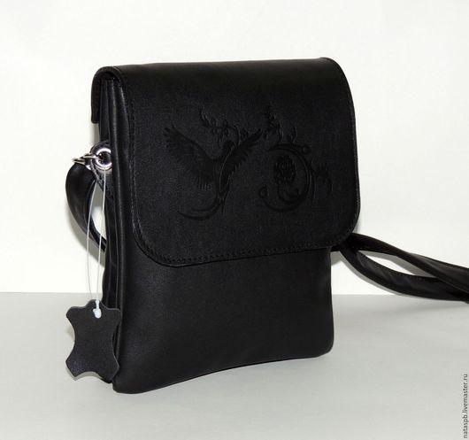 Несмотря на небольшие размеры сумочка вместительная благодаря трем отделениям, увеличивающим свой объем, по мере наполнения.