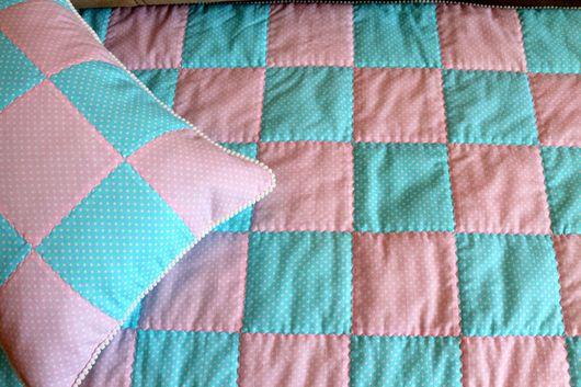 Пледы и одеяла ручной работы. Ярмарка Мастеров - ручная работа. Купить Детское лоскутное одеяло покрывало в кроватку для девочки. Handmade.