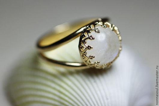 Кольца ручной работы. Ярмарка Мастеров - ручная работа. Купить Позолоченное круглое кольцо с лунным камнем (маленькое). Handmade.