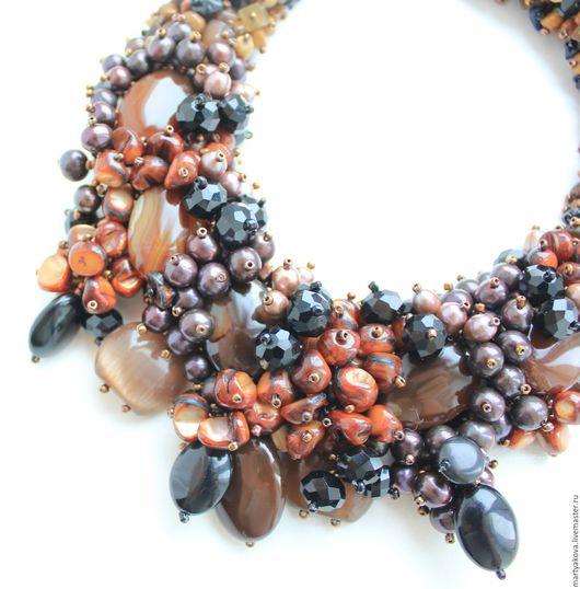 Натуральные камни теплых тонов – черный, рыжий, коричневый, шоколадный, кофе с молоком.
